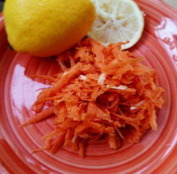Рецепт витаминного салата с морковью, лимонным соком и чесноком