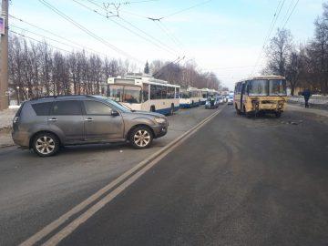 В Уфе столкнулись Mitsubishi Outlander и маршрутка: пострадали четыре человека