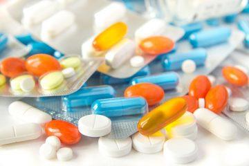Доктор Мясников назвал препараты, которыми опасно снимать боль