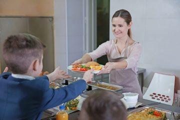 В школах России ввели бесплатное питание