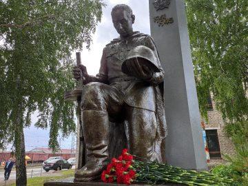 В Уфе появился памятник советскому солдату-железнодорожнику