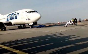 Самый сильный человек России протянул 36-тонный самолет на 25 метров