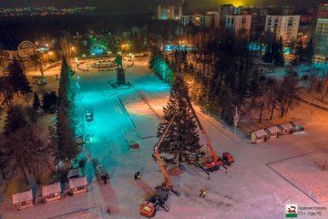 В Уфе на площади Ленина установили главную городскую ёлку
