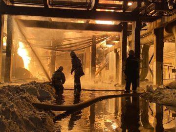 Один человек погиб, один пострадал во время пожара на заводе в Уфе